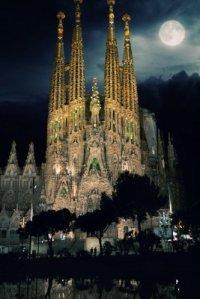 sagrada-familia-cathedrale-concue-par-gaudi-pendant-la-nuit-barcelone-espagne